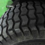 Changement de pneumatiques sur tondeuses autoportées